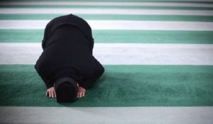 UK school cab driver leaves children alone in car while he goes to pray in mosque