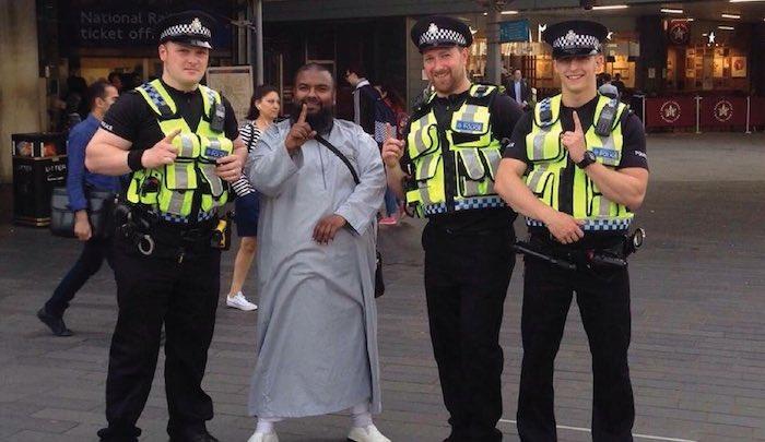 UK-cops-ISIS-salute.jpg